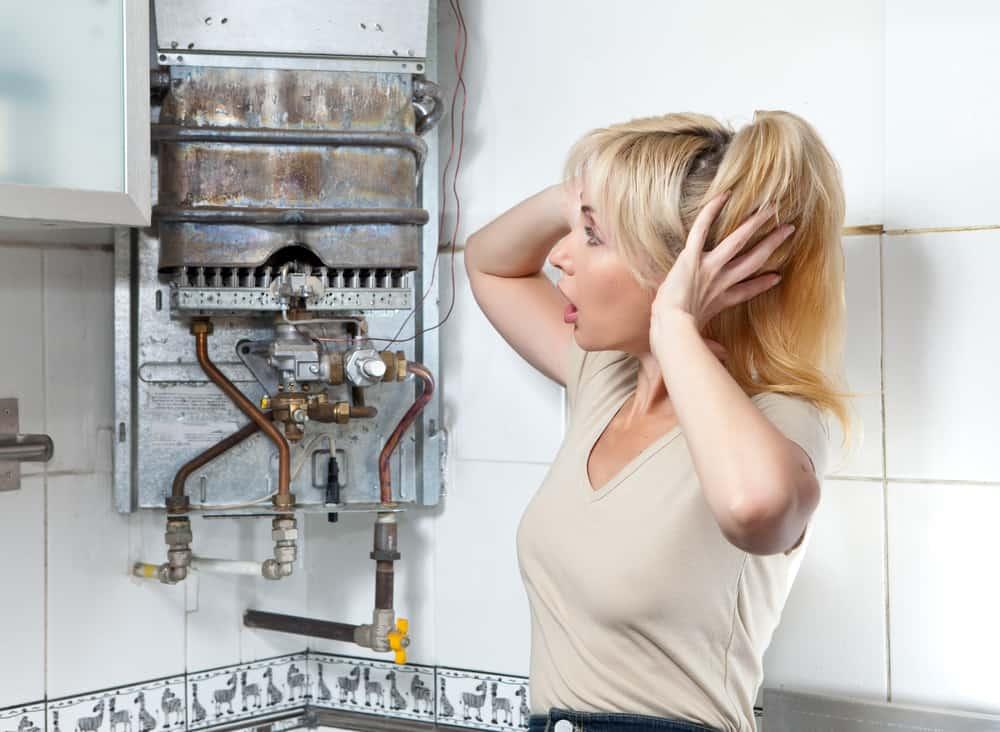 The housewife is upset, the gas water heater has broken